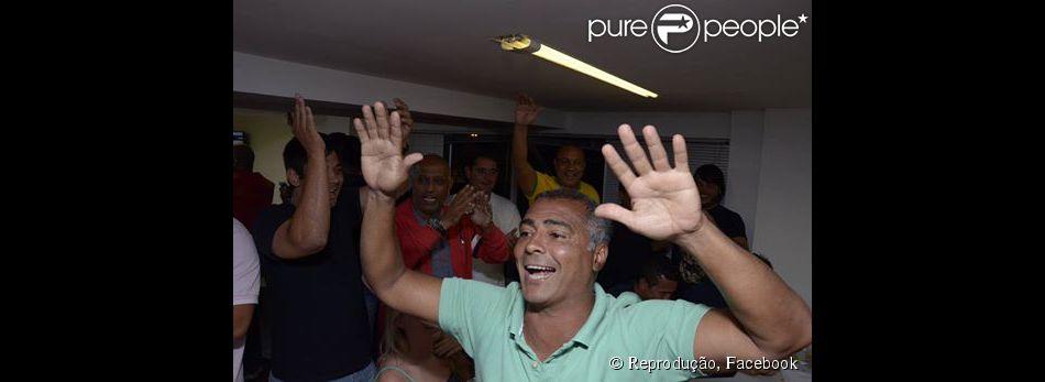 Romário comemora vitória nas eleições 2014: 'Entra para história um ex-favelado que virou senador da República'