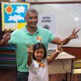 Romário leva a filha, Ivy, para votar no Rio. Ex-jogador foi eleito Senador no Rio de Janeiro