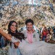 O vestido de noiva de Martha Suarez tinha bordados com um ar botânico e cristais Swarovski que faziam referência às bolhas do mar