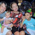 Eliana posou ao lado dos familiares do noivo, Adriano Ricco, em uma mesa com barco de japonês e vinho, para a comemoração do aniversário do sogro, Flávio Ricco.