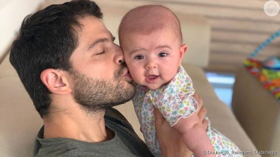 Filha de Sabrina Sato e Duda Nagle, Zoe é flagrada com capa de 'Game of Thrones' neste domingo, dia 14 de abril de 2019