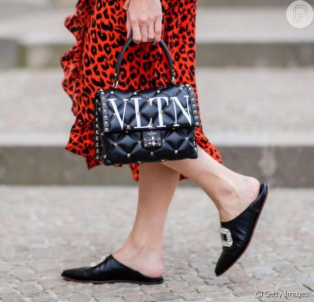 O mule preto de couro com fivela é um dos sapatos mais chiques de outono e inverno