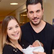 Thaeme combina look com filha, Liz, e marido ao sair de maternidade. Fotos!