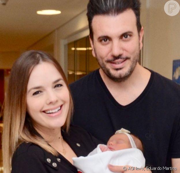 Thaeme deixa maternidade com a filha, Liz, e o marido 3 dias após parto nesta terça-feira, dia 23 de abril de 2019