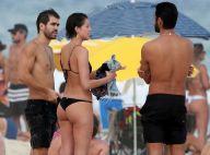 Agatha Moreira exibe corpo enxuto em dia de folga na praia com Rodrigo Simas