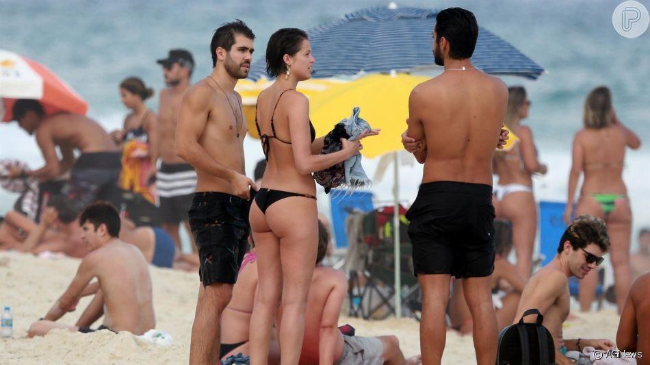 De biquíni cavado, Agatha Moreira foi à praia com o namorado, Rodrigo Simas, e o amigo Juliano Laham