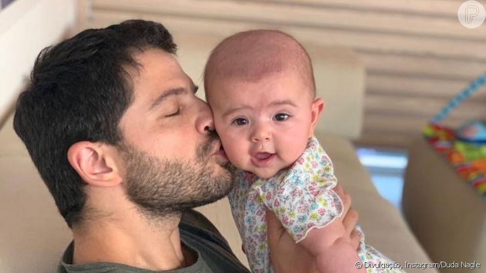 Duda Nagle brinca com expressão da filha, Zoe, diante de mamadeira nesta quinta-feira, dia 25 de abril de 2019