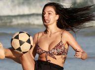 Isis Valverde e o marido, André Resende, jogam altinha em praia do Rio. Fotos!