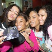 Anitta é abordada por fãs e distribui selfies ao desembarcar na Angola: 'Amando'