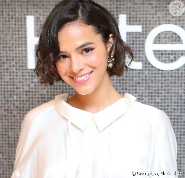 Bruna Marquezine aposta em look total white e maquiagem com aspecto natural em evento da H.Stern