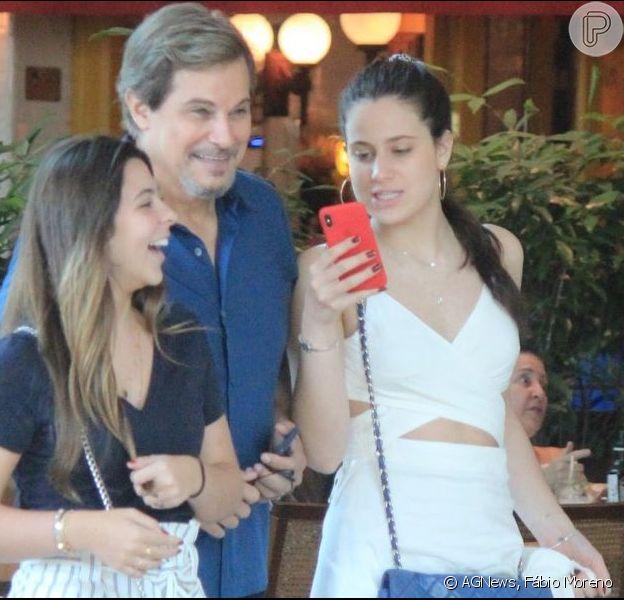 Sophia Raia passeia no shoping após almoçar com o pai, Edson Celulari, e uma amiga em 11 de maio de 2019