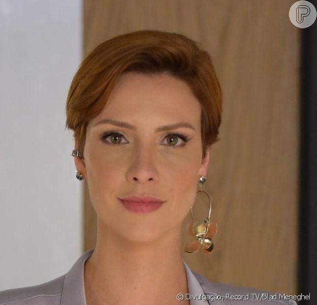 Na novela 'Topíssima', Sophia (Camila Rodrigues) é a mulher bem-sucedida nos negócios que vê sua vida mudar ao conhecer Antonio (Felipe Cunha)