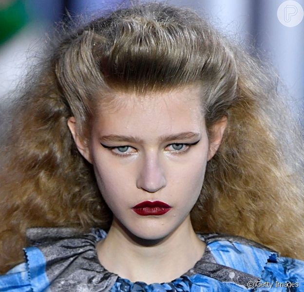 Frizz nos cabelos em penteado em estilo anos 80 na passarela da Louis Vuitton