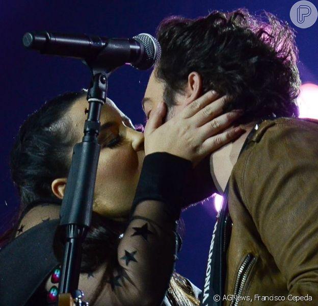 Maiara tem look elogiado por namorado, Fernando, e o beija em show neste sábado, dia 25 de maio de 2019