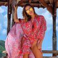 Anitta aposta em maiô cavado para dia de praia na Indonésia