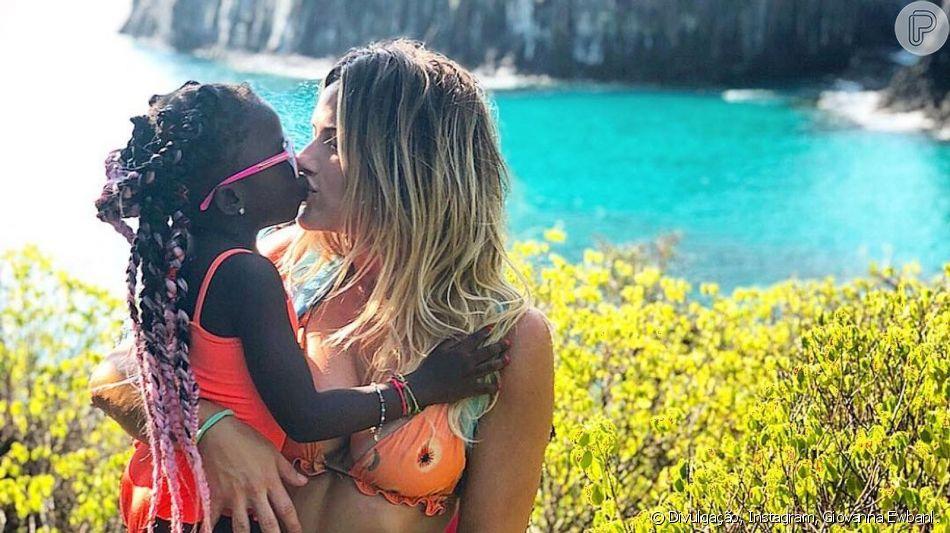 Giovanna Ewbank usa livros infantis para explicar racismo para Títi