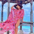 Anitta garantiu ainda mais estilo à produção aliando o maiô com capa  Amir Slama a óculos espelhados e chapéu