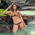 Anitta usou biquíni com estampa de caju  Amir Slama e deixou o bodychain mais solto