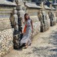 Anitta escolheu um longo  Amir Slama estampado para visitar templo em Bali