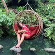 Anitta usou vestido vermelho  Amir Slama durante viagem a Bali