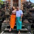 Anitta, no mesmo dia, posou com um sarong laranja ao lado do pai, Mauro