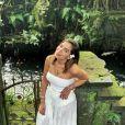 Anitta brilhou com look all white! A cantora combinou um maiô tomara que caia e saia com leve transparência