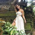 Anitta posa evidenciando fenda de saia com transparência em foto