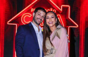 Existe amor em SP! Casais famosos trocam carinhos em evento. Fotos!