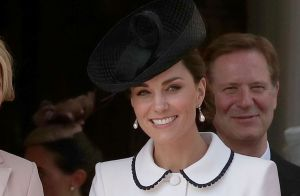 Sapato com transparência e dress coat P&B: o look grifado de Kate Middleton