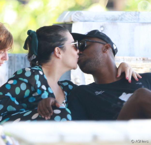 Fernanda Souza é fotografada aos beijos com Thiaguinho