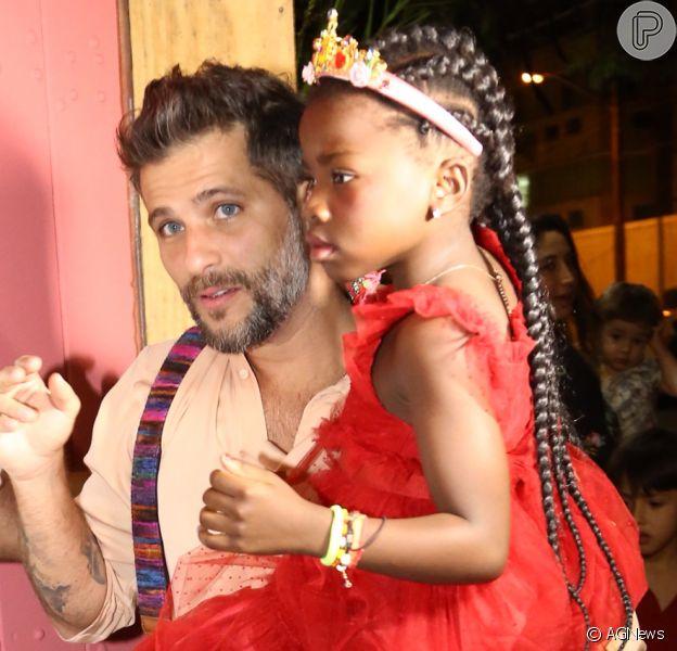 Bruno Gagliasso chegou com a filha, Títi, no colo no aniversário da menina nesta quarta-feira, dia 19 de junho de 2019