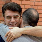 Jarbas Homem de Mello é consolado em velório de Rubens Ewald Filho. Fotos