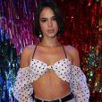 Bruna Marquezine deixa barriga sequinha à mostra em evento de beleza