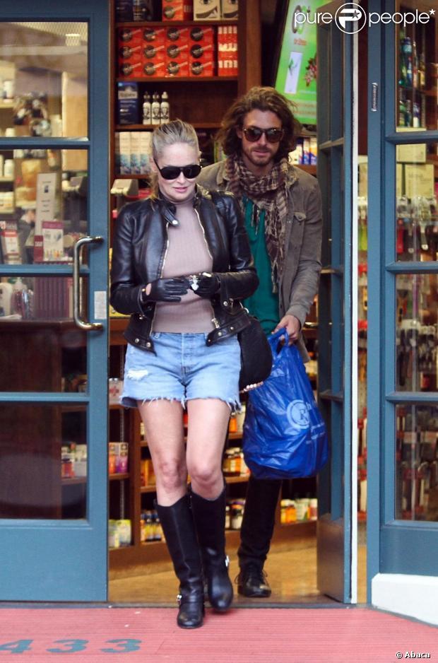 Sharon Stone e o modelo argentino, Martin Rica, deixam coffee shop