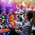 Marina Ruy Barbosa se divertiu com os jogos do parque Píer de Santa Mônica, na Califórnia