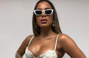 Total white! Anitta aposta em toque vintage em look na final da Copa América