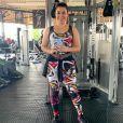 Naiara Azevedo mantém a boa forma com exercícios na academia