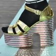 Sapatos: a sandália meia pata está de volta às tendências, e apareceu na passarela da coleção cruise 2020 da Miu miu