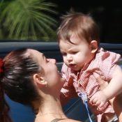 Isis Valverde se diverte com o filho, Rael, após se exercitar em academia. Fotos