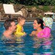 Melinda adora curtir uma piscininha com a família
