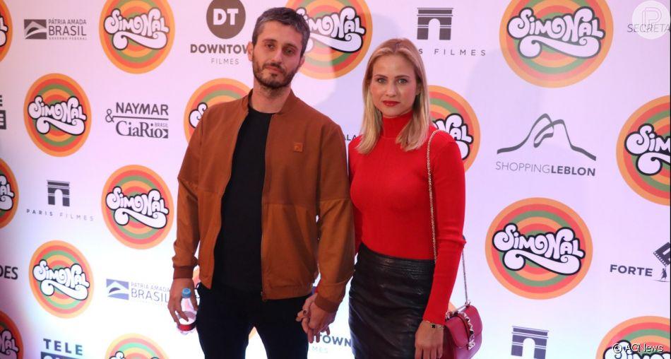 Luiza Valdetaro leva novo namorado,  Felipe Abad, em première do filme 'Simonal', em cinema da zona sul do Rio de Janeiro, na noite desta terça-feira, 06 de agosto de 2019