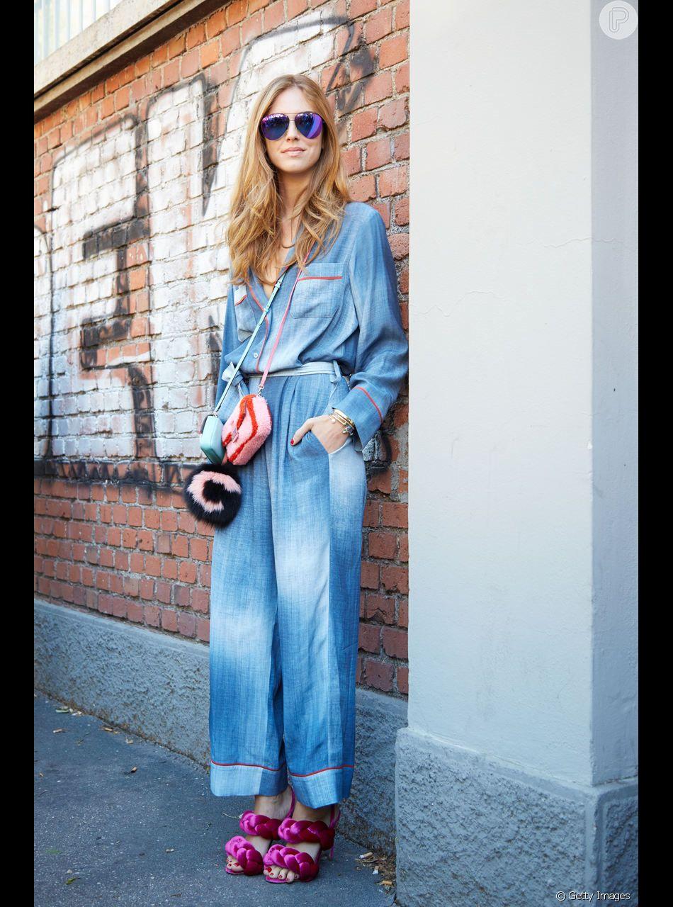 Jeans na balada é posssível: o cjuntinho também pode sair à noite, basta ganhar o complemento de um par de sandálias statement, como mostra Chiara Ferragni