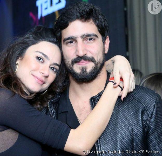 Thaila Ayala surgiu enrolada em toalha ao mostrar declaração de amor do noivo, Renato Góes, em espelho: 'Te amo'