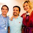 Renato Caputto e Claudia Raia abraçam Daniel Ortiz, autor de 'Alto Astral', no set