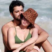 Agatha Moreira e Rodrigo Simas trocam carinhos em dia de praia no Rio com amigos