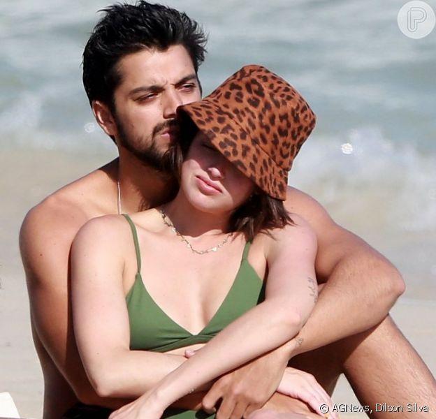 Agatha Moreira e Rodrigo Simas namoram em praia da Barra da Tijuca, no Rio de Janeiro, em 31 de agosto de 2019