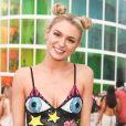 """Vestido curto de alcinhas com estampas coloridas e bem diferentes podem garantir um look fashion para o """"Rock in Rio"""""""