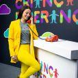 Novela 'A Dona do Pedaço': Vivi Guedes combina calça  com saltos abertos