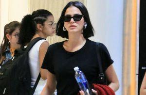 Trench coat e óculos assimétrico: os detalhes do aerolook de Bruna Marquezine