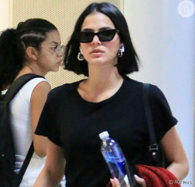 Bruna Marquezine usa óculos descolado para compor look de aeroporto nesta quinta-feira, dia 05 de setembro de 2019